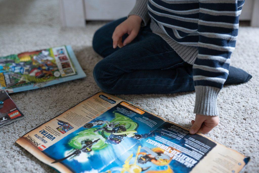 Poika leikkii lattialla