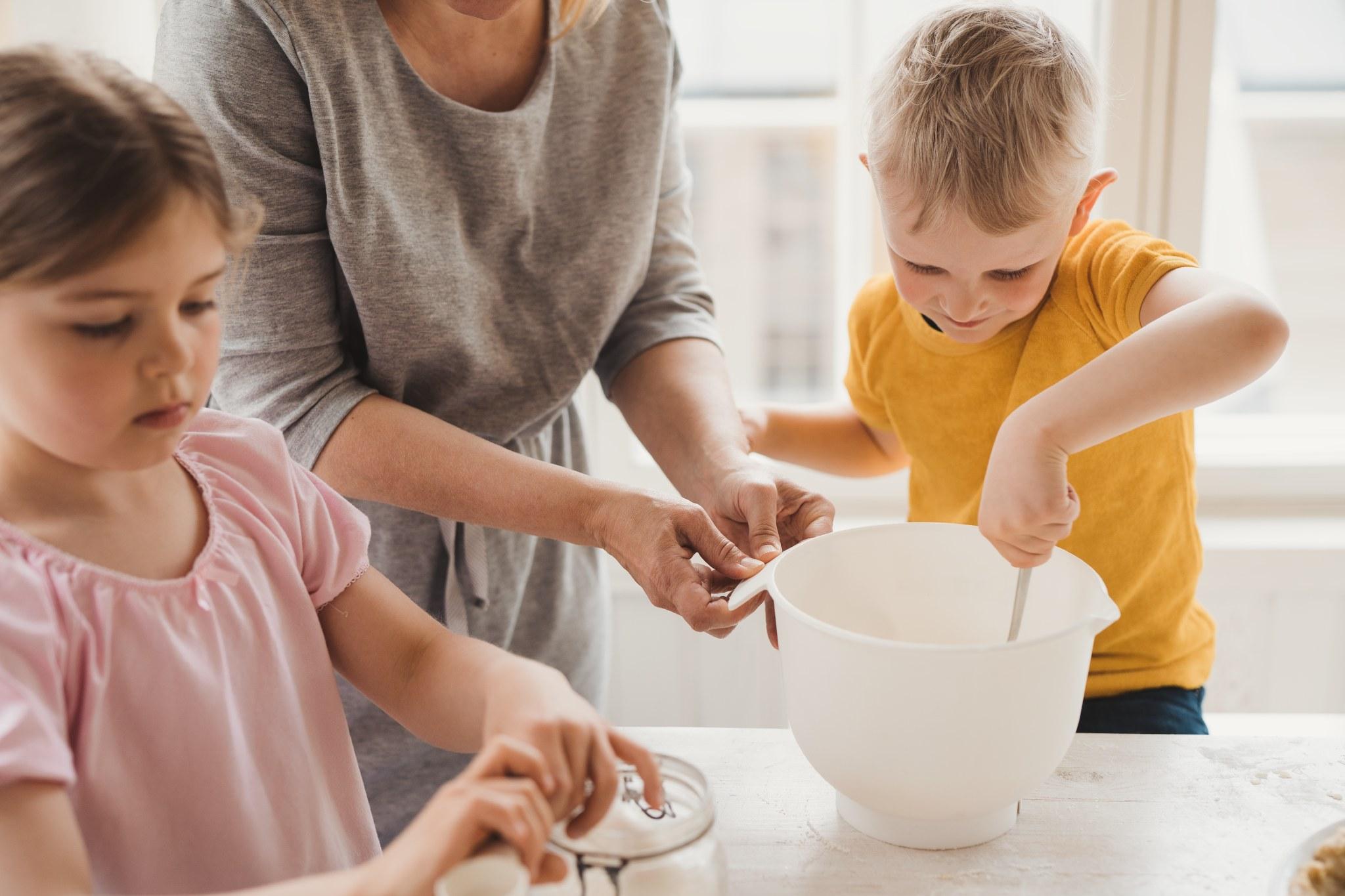 lapset leipovat äidin kanssa