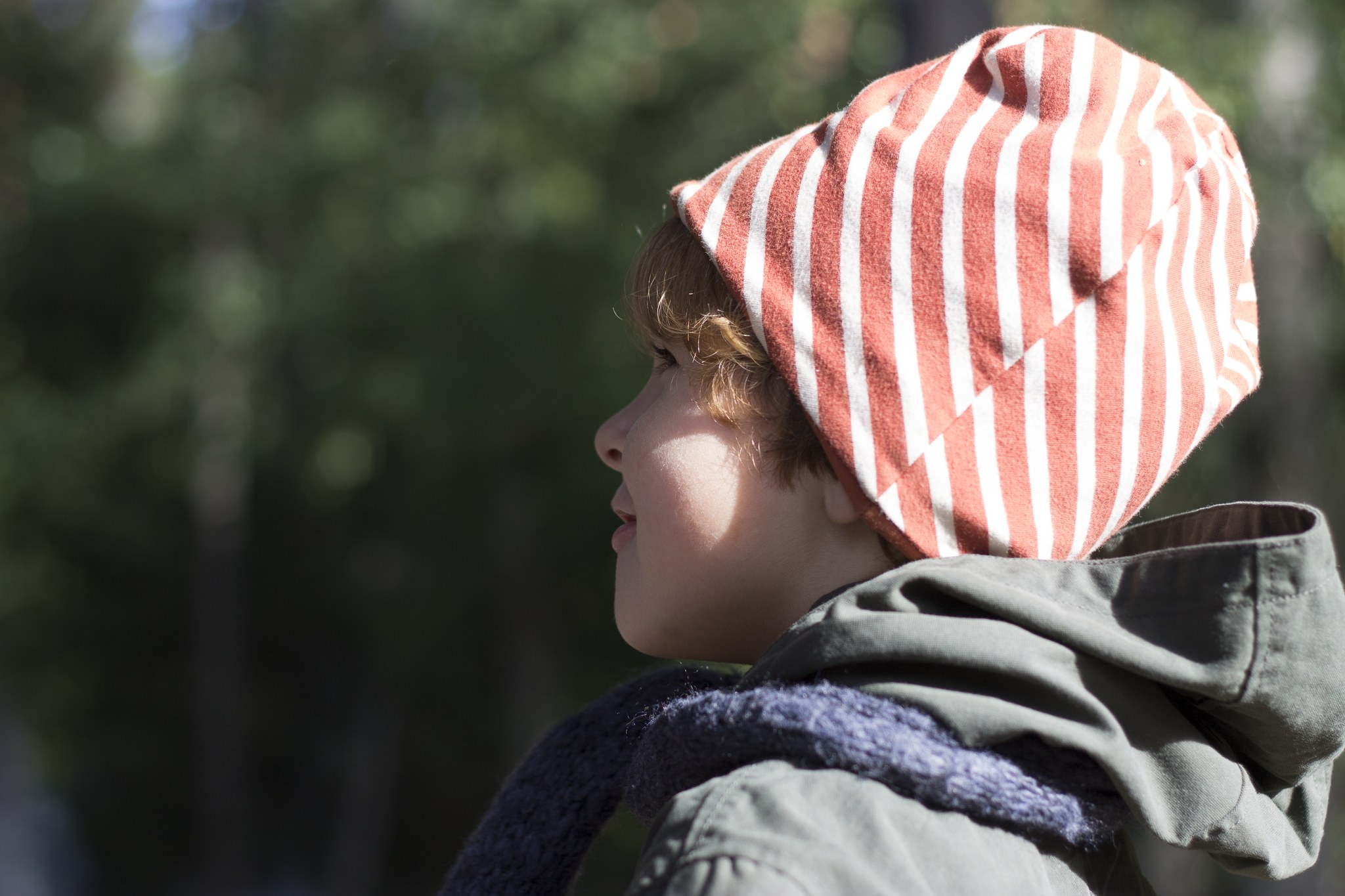 Poika katsoo kauas metsässä