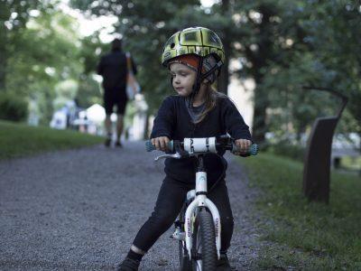 Poika potkupyöräilee